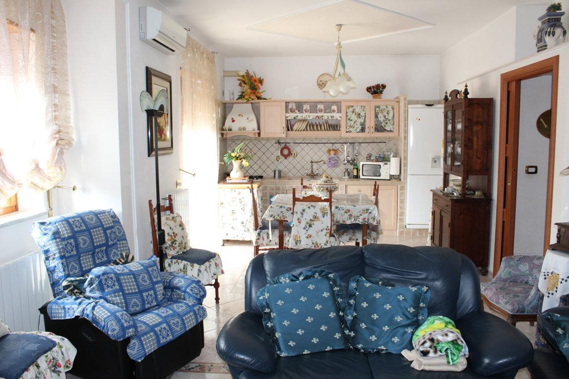 Case a 2 piani m su piani al pianterreno soggiorno con for Letto a 2 piani